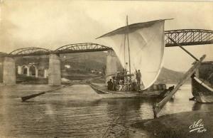 Ponte rodoviaria no Rio Douro Peso da Regua Ao fundo encontra-se em construçao a ponte ferroviaria